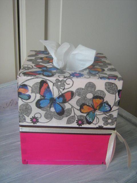 Drewniane pudełko na chusteczki higieniczne. Malowane i zdobione techniką serwetkową.