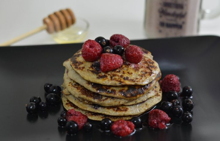 These banana pancakes are so easy to make. With four ingredients and fresh/frozen fruits on top you'll have the perfect breakfast. Boost of energy, babe!