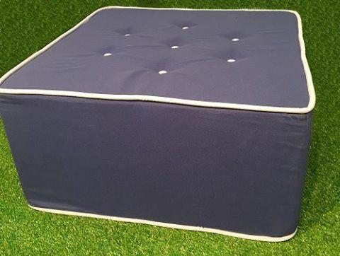 Μαξιλάρα σε σχήμα τετράγωνου με ειδικό ύφασμα για εξωτερικούς χώρους, με ειδική επεξεργασία για να μην ξεθωριάζει από τον ήλιο και το χλώριο της πισίνας. Το εσωτερικό γέμισμα είναι από διογκωμένη πολυεστερίνη και βρίσκεται σε ξεχωριστή υφασμάτινη θήκη.  Square shaped cushion with special fabric for outdoors, with specific treatment to not fade from the sun and pool chlorine. The infill is made of expanded polystyrene and is located in a separate pouch.