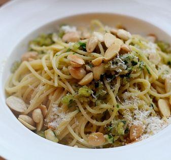 Een simpele klassieker in de Italiaanse pastawereld: deze spaghetti aglio olio e peperoncino, oftewel met olie, knoflook en rode peper.