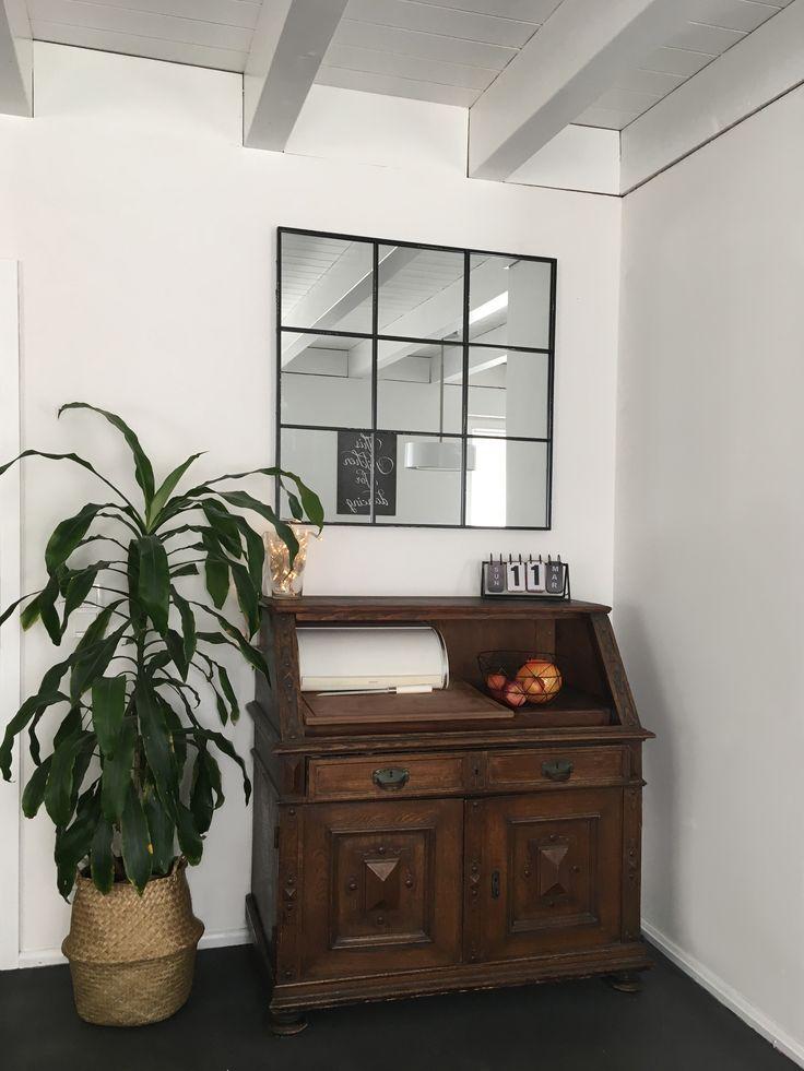 Antiker Sekretär als Brotschrank mit Industrialstyle Spiegel in unserem Esszimmer. Die Holzdecke mit Sichtbalken haben wir weiß lackiert.
