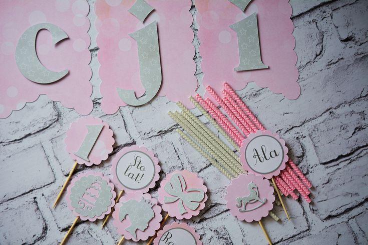Dekoracje na roczek dla dziewczynki. Zestaw dla Alicji wykonany na zamówienie w kolorach pudrowy róż i szarość. Delikatne pastelowe barwy i dziewczęce motywy. Post z opisem i wszystkimi zdjęciami:Dekoracje urodzinoweAlicja SKLEP: Gotowe zestawy dekoracjilubZamówienia indywidualne