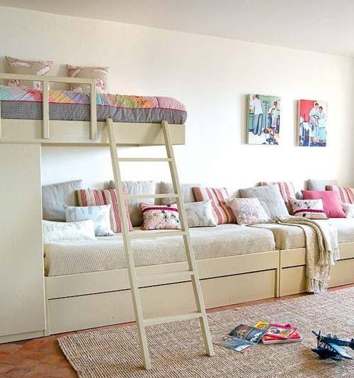 Toda la pared de cama-sofá y arriba sólo una corta