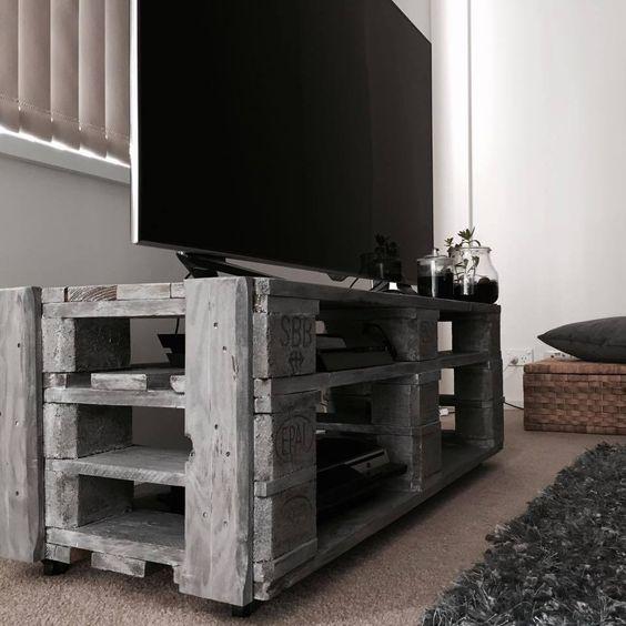 Ahşap palet son yılların mucizevi malzemesi olarak karşımıza çıkıyor. Paletler kullanılarak yapılmayan mobilya kalmadı diyebiliriz. Yaratıcı beyinler ahşap paletleri en iyi şekilde kullanarak işlevsel ve son zamanlarda trend haline gelen mobilyalar ortaya çıkarıyorlar. Son yılların trendi haline gelen ahşap malzemelerden yapılmış mobilyalarla farklı bir tarzı evinize getirebilirsiniz. Paletten yapılan mobilyalar arasında sehpalar, yataklar, sedirler, masalar ve son olarakta tv ünitelerini…