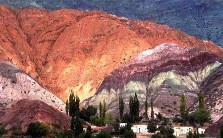 El Cerro de los Siete Colores es uno de los cerros que bordea la Quebrada de Purmamarca la cual es a su vez es un ramal occidental de la Quebrada de Humahuaca