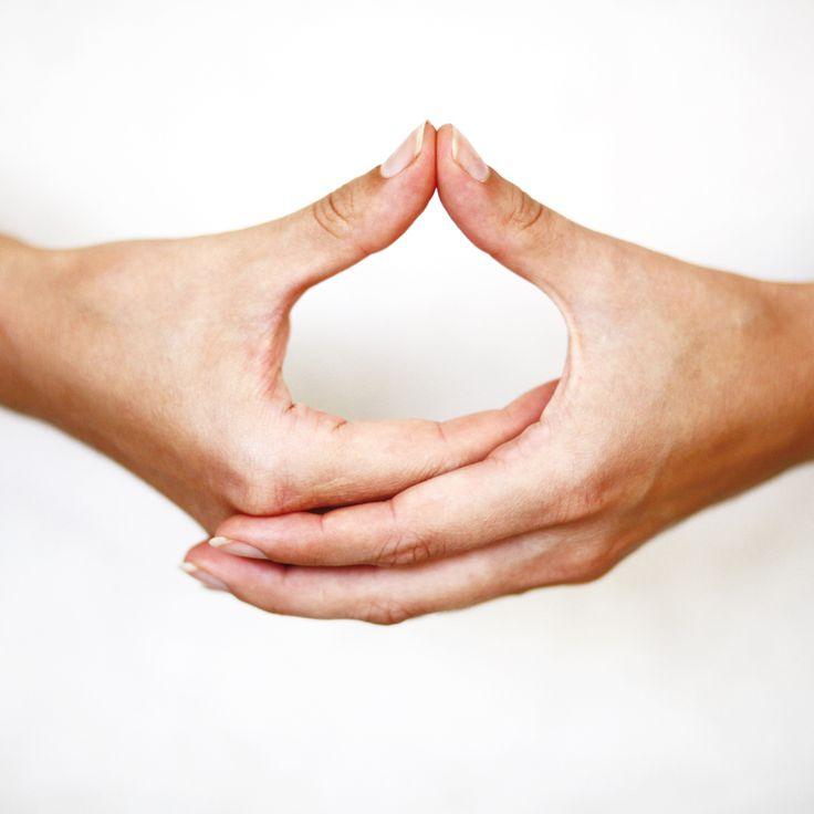 DHYANI Mudra es la posición de manos más usada en la meditación. Nos ayuda mantener la mente en armonioso silencio.