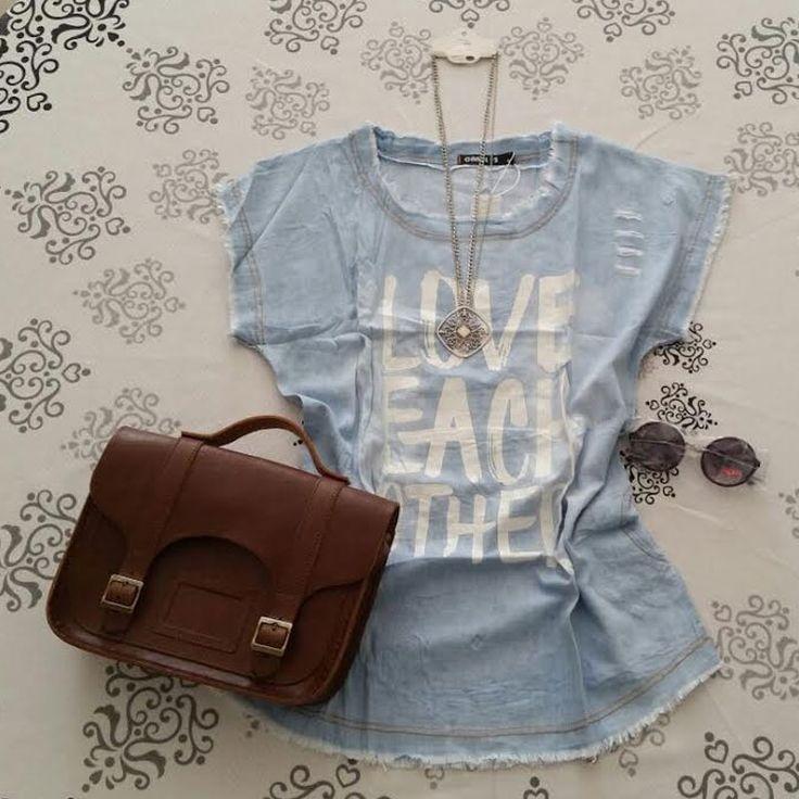 Camiseta jeans estampada + colar + óculos escuros + bolsa Croisfelt satchel marrom transversal em couro legítimo