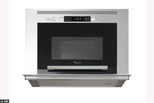 Hotte + micro-onde intégré - 15 astuces pour gagner de la place dans la cuisine - CôtéMaison.fr