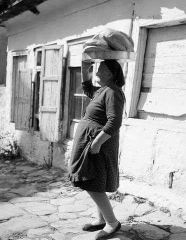 Μεταφέροντας το ψημένο ψωμί στα Αμπελάκια._Φωτογραφία Τάκη Τλούπα του 1972