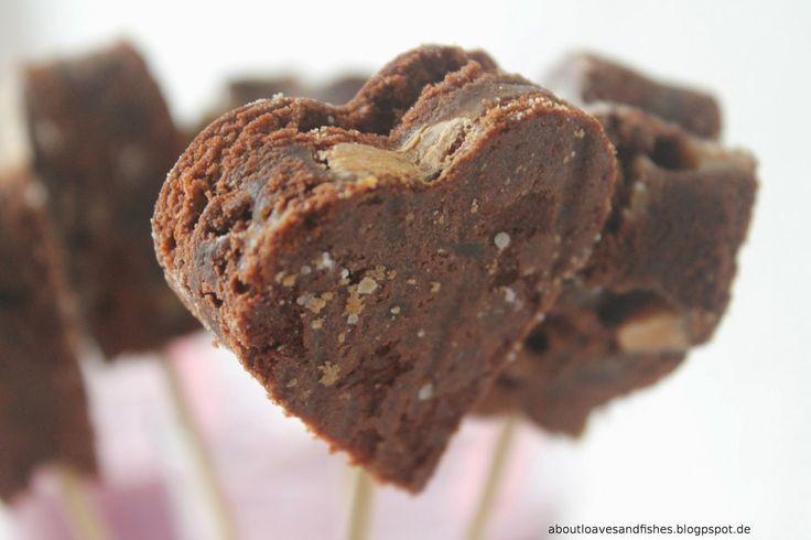 Cake meets Message {geliebt}  www.aboutloavesandfishes.blogspot.de  Brownie - Herz am Stiel mit Spekulatius   Kuchen mit Sti(e)l  Heart Brownies Finger Food