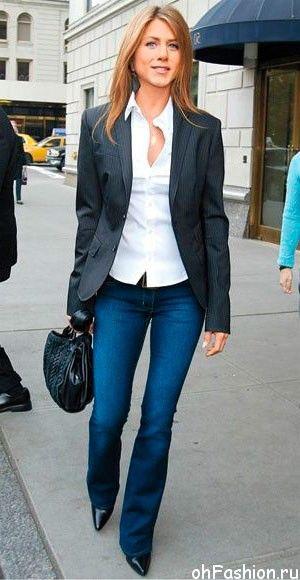 Дженнифер Энистон в джинсах клеш, белой блузе, туфлях лодочках и пиджаке