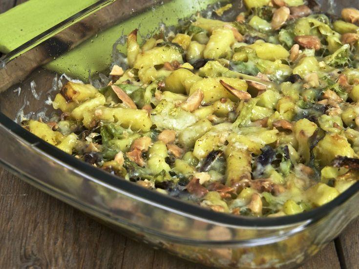Il pasticcio filante di verza e patate è un corposo e gusto piatto unico.