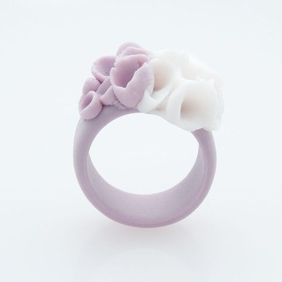 Anillo flor blanca púrpura anillo de cerámica de por MaaPstudio