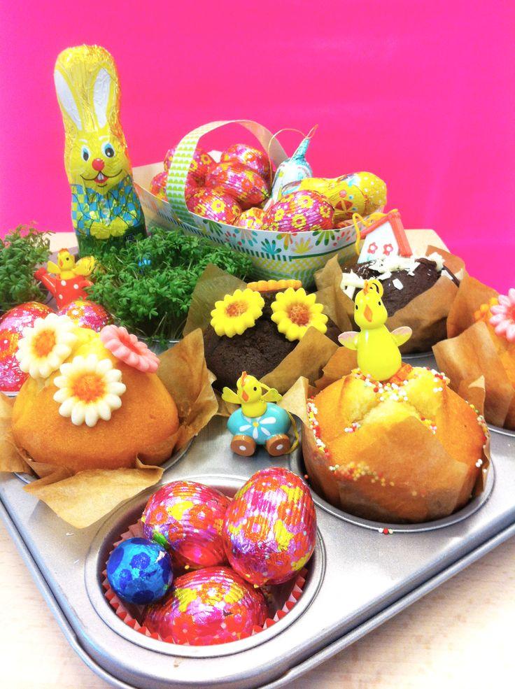 HEMA pasen - Paastuin. Nodig: Muffin bakvorm, chocolade paashaas, chocolade eieren, muffins, tuinkers, paas figuurtjes, muffin decoratie, paasmandje 1. Vul de muffin bakvorm met tuinkers, muffins, paaseieren en paashaas 2. Versier de vorm met paas figuurtjes en decoratie tot een vrolijke voorjaars-/paastuin