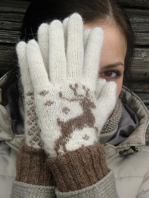 Reindeer gloves by Ievakas on Ravelry. Dearling! ;)