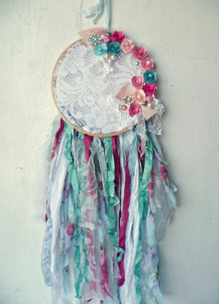 super modele d'attrape reve suggestion très chic, toile en dentelle, perles, bandes de tissu et fleurs décoratifs