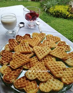 Questi Waffle possono mangiarli anche le persone che sono dieta in quanto contengono pochissimo zucchero e grassi. Con il gelato oppure composte di frutta, miele o addirittura crema di nocciola... Se non ci credete leggete la ricetta....