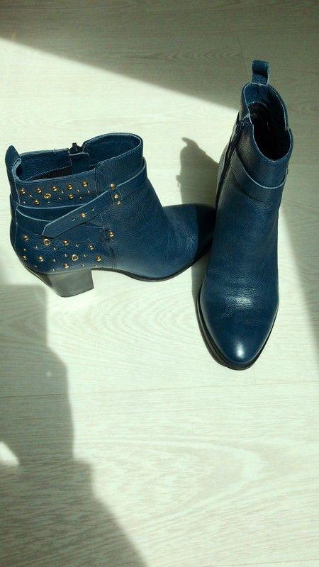 f245ee496bb23 Bottines San Marina - Bottines San Marina - coloris bleu - détail boucle et  clous et rivets dorés côté extérieur de la chaussure - t… | Dressing Vinted  ...