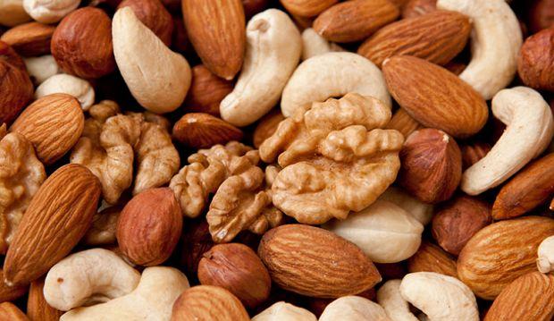 Биотин в разных количествах содержится практически во всех продуктах питания. Однако максимальное его содержание - в орехах, вареных желтках, соевых бобах, печени, сердце и почках крупных домашних животных, дрожжах, молоке.