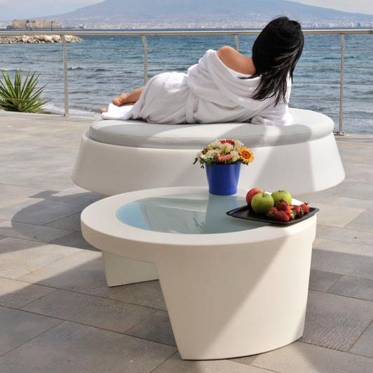 Piękny, nowoczesny stolik do wnętrz i ogrodów ze szklanym blatem Tao