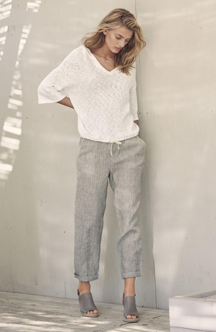 weißer Pullover mit einem V-Ausschnitt, graue Leinen weite Hose, graue Keilsandaletten aus Leder für Damen