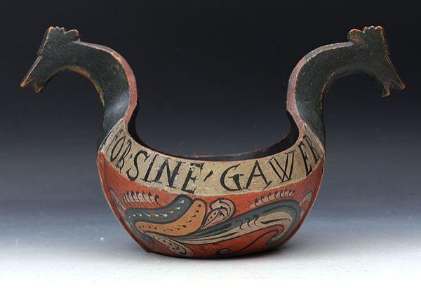 """Rosemalt kjenge med drikkevers utv.:""""Drik din lost, tak gud for sine gawer 1708"""". L: 32 cm. Prisantydning: ( 8000 - 10000) Solgt for: 14000"""