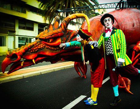 El espectáculo itinerante Dragón Antonio, avanza escoltado por un grupo de baile que realiza una coreografía sincronizada compuesta por guerreras....