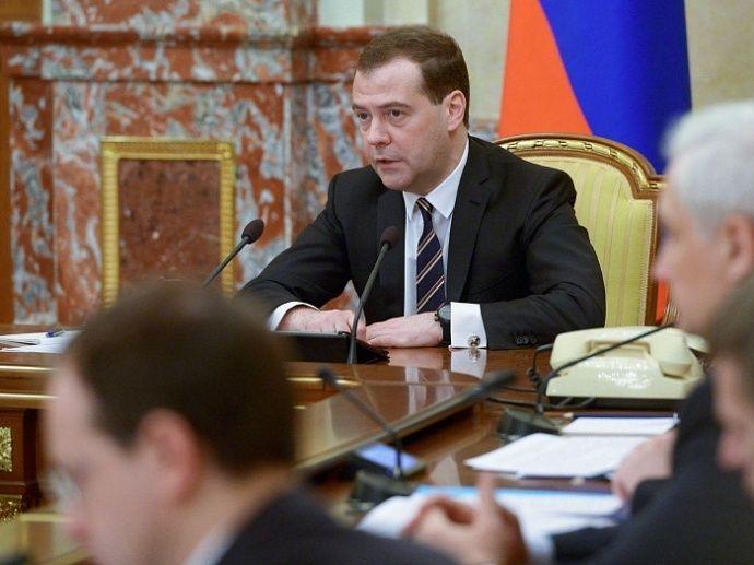 Медведев обязал погасить долги по зарплате во всех регионах РФ