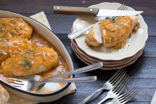 Supremas de pollo con pimentón, cebolla y nata