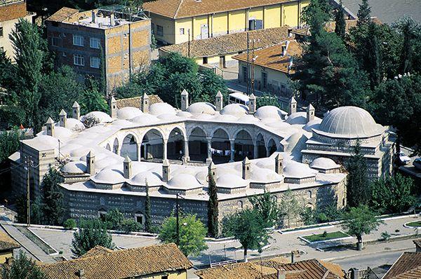 Kapı ağası medresesi/Amasya/// Kapı Ağası (Büyük Ağa) Medresesi Sultan II. Bayezid'in Kapı Ağası Hüseyin Ağa tarafından 1488 yılında yaptırılmıştır. Planı klasik Osmanlı medrese formundan farklılık gösterir. Özellikle Selçuklu mezar anıtlarında görülen sekizgen plan şeması ilk kez bu mmedresede uygulanmıştır.
