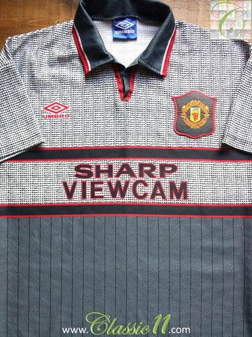 Relive Manchester United's 1995/1996 season with this vintage Umbro away football shirt.
