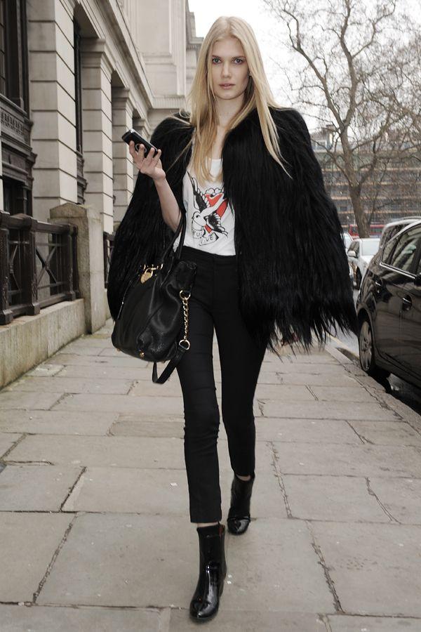 Felljacke, 7/8-Hose und Print-Shirt: Diesen Model Streetstyle fingen die Fotografen in London während der Fashion Week ein.Ihr habt noch nicht genug von