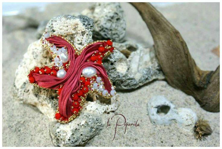 Collezione estate 2015. Ciondolo stella marina ( 6,5 cm.x 6,5 cm. circa ). Seta shibori, perle coltivate, beadembroidery, vera pelle.  Summer collection 2015. Starfish pendant ( 2,56 inch x 2,56 inch ). Shibory ribbon, cultured pearls, beadembroidery, pure leather. Original design. #pendant #starfish #pearls #beadembroidery #handmade #jewelry