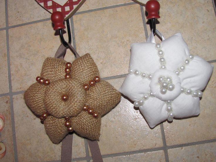 ciao a tutti questi fiorellini sono fatti con 2 tipi di stoffa e li ho decorati con perline.ho preso lo stampo dal web e l ho personalizzato