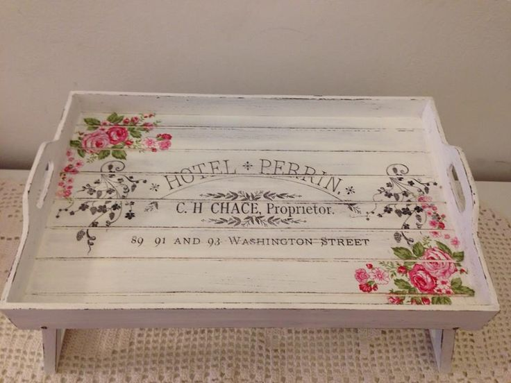 Shabby Chic tray made with pallets and decorated with decoupage