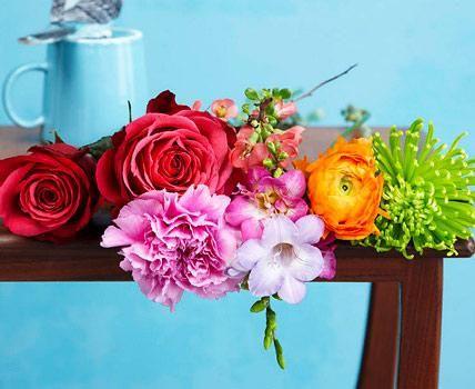 Für diesen frühlich, freundlichen Blumenstrauss benötigen Sie die folgenden Pflanzen (von links nach rechts): Rose 'Cheey', Nelke, Quitte, Fresie, Ranunkel und Chrysantheme.