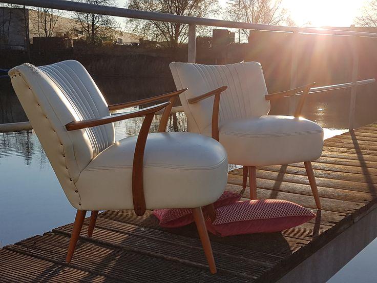 Vintage cocktail chairs uit de fifties. Leer is compleet vernield. Fauteuils kunnen geheel naar eigen wens opnieuw worden gestoffeerd, natuurlijk bij de Sfeerderij! #cocktailchairs #artifort #refurbished #kunstleer #fauteuils #vintage #stoel #fifties #upholstery #meubelstoffering #herstofferen #midcentury #sixties #design #retro #Danish #Deens #clubfauteuils