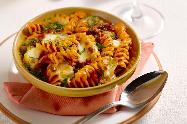 Een eenvoudige en hartverwarmende ovenschotel, deze fusilli met gehakt en mozzarella. Tip: je kan ook gehakt van chipolataworstjes gebruiken, smaakbom...