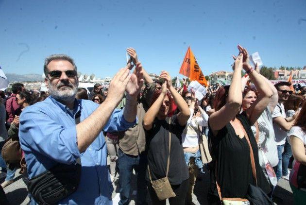 Απεργούν οι δάσκαλοι στις 8 Ιουνίου   Συντάκτης: efsyn.gr  Εικοσιτετράωρη απεργία στις 8 Ιουνίου κήρυξε η Διδασκαλική Ομοσπονδία Ελλάδος (ΔΟΕ) διαμαρτυρόμενη για την πολιτική της ηγεσίας του υπουργείου Παιδείας. Παράλληλα αποφάσισε την πραγματοποίηση συλλαλητηρίου το Σάββατο 4 Ιουνίου στις 17:30 στα Προπύλαια. Η ΔΟΕ κατηγορεί το υπουργείο ότι έχει αποφασίσει να διαλύσει τη δημόσια δωρεάν εκπαίδευση θεωρώντας ότι οι αλλαγές που προωθούνται από την ηγεσία του υπουργείου (εφαρμογή Ενιαίου Τύπου…