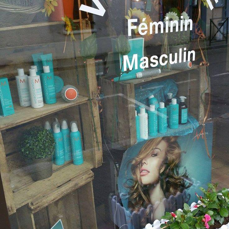 Vitrine d 39 un salon de coiffure avec des anciennes caisses - Vitrine salon de coiffure ...