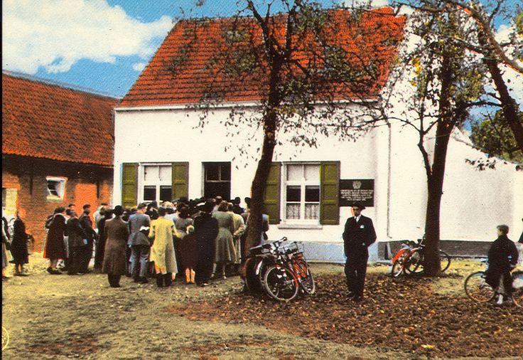 Broeder Isidoor Kortrijk-Aloïs De Loor en Kamilla Hutsebaut woonden in het landelijk gehucht Okkervoorde van de gemeente Vrasene, thans grondgebied van de gemeente Sint Gillis-Waas. Zij hadden er een bescheiden hoeve, op traditionele wijze uitgebaat met de hulp van een os. Op 18 april 1881 werd Isidoor De Loor in dit gezin geboren. Bij zijn geboorte moest zijn moeder drie dagen en drie nachten vechten voor haar eigen leven en dat van haar kind. De dokter zei dat Kamilla geen kinderen meer…