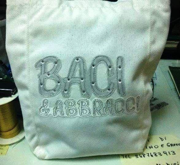 BACI E ABBRACCI  borsa bianca con scritta argento  glitterata nuovo  etichette