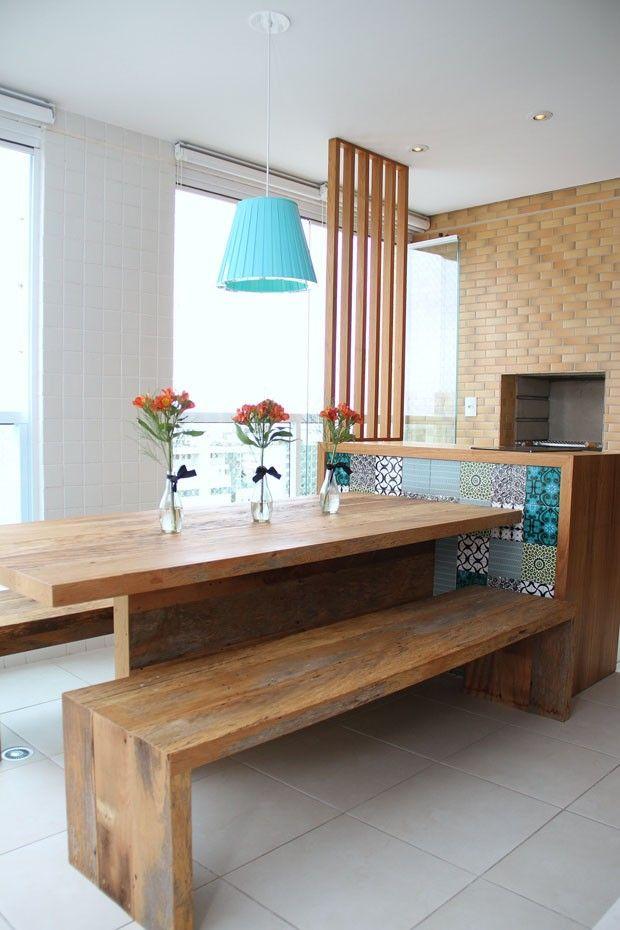 Mesa na área da churrasqueira