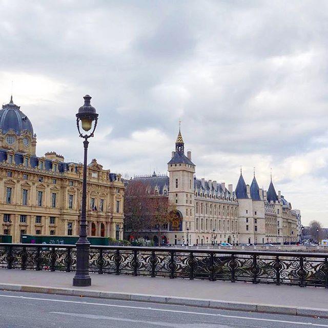 Greffe du tribunal de commerce et Conciergerie depuis le pont Notre-Dame - Paris 4 #parisjetaime #pariscityvision #pariscartepostale #pariscity #paris #paris4 #ig_paris #igersparis #igersfrance #streetofparis #beautiful #archidaily #architecture #instago #instacool #instalike #instalove #instatravel #instamoment #instaparis