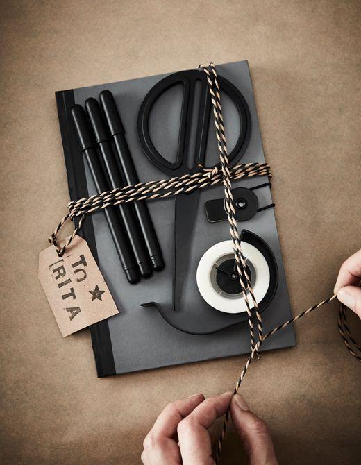 Darček na kreatívne vyžitie so zápisníkom, perami, nožnicami a lepiacou páskou