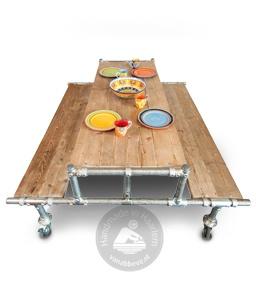 Handgemaakte picknicktafel gemaakt van sloophout en steigerbuis.nu online verkrijgbaar bij Zooff.nl