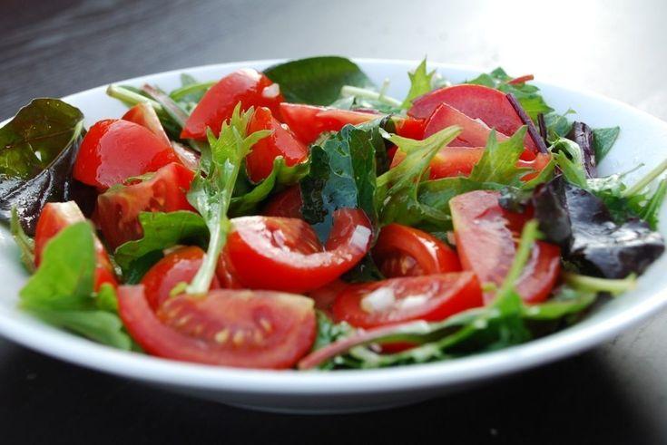 Sådan en lækker tomatsalat er en salat, der er fyldt med sommer og sødme. Krydret med balsamico og rødløg, og den er perfekt til blandt andet kylling.