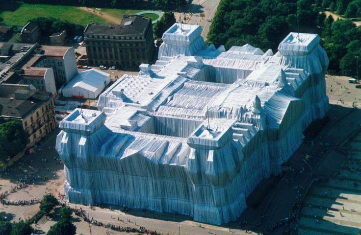 Christo - opakowanie budynku Reichstagu  LANDART AMBALAGE