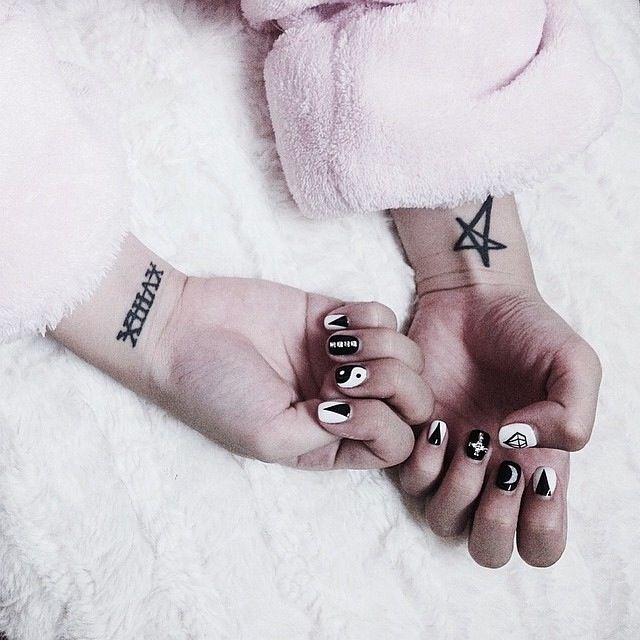 Soft grunge nails