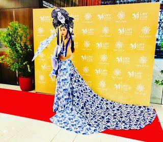 Human Statue Bodyart: Blue Willow Dress
